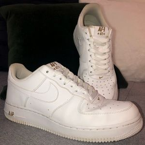 NIKE White Air Force 1 Low Crest Logo (AA4083-102)